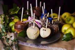 Appelen op een stok in de huwelijksdag stock foto's
