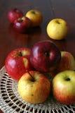 Appelen op een stromat Stock Fotografie