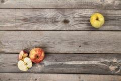 Appelen op houten lijst Stock Afbeeldingen