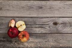Appelen op houten lijst Stock Foto's