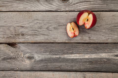 Appelen op houten lijst Royalty-vrije Stock Foto