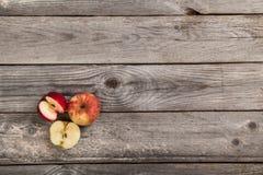 Appelen op houten lijst Stock Afbeelding