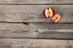 Appelen op houten lijst Royalty-vrije Stock Fotografie