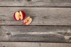 Appelen op houten lijst Stock Fotografie