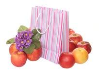 Appelen, pakket en bloemen Stock Afbeelding