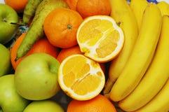 Appelen, sinaasappel en bananen bij   Royalty-vrije Stock Afbeeldingen