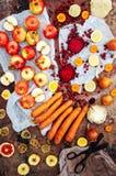 Appelen, wortelen, biet, kool, grapefruit, citroen boven r wordt gesneden dat Stock Afbeeldingen