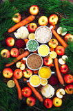 Appelen, wortelen, biet, kool, grapefruit, citroen boven r wordt gesneden dat Stock Foto