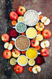 Appelen, wortelen, biet, kool, grapefruit, citroen boven r wordt gesneden dat Royalty-vrije Stock Foto