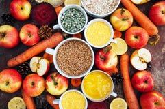 Appelen, wortelen, biet, kool, grapefruit, citroen boven r wordt gesneden dat Royalty-vrije Stock Afbeeldingen