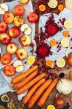 Appelen, wortelen, biet, kool, grapefruit, citroen boven r wordt gesneden dat Stock Afbeelding