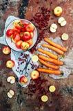 Appelen, wortelen, biet, kool, grapefruit, citroen boven r wordt gesneden dat Stock Foto's
