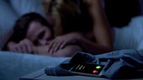 Appeler ex, dame embrassant le mâle somnolent sur le fond, nouvelle passion, trichant images libres de droits