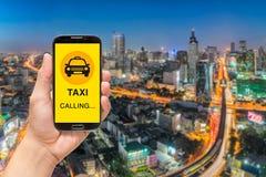 Appeler le message de taxi sur un écran de téléphone portable Photos stock