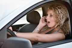 Appeler le téléphone portable tout en conduisant le véhicule Image stock