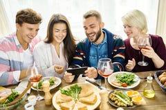 Appeler visuel d'amis au Tableau de dîner Photos stock