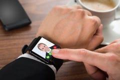 Appeler visuel d'homme d'affaires utilisant le smartwatch Photo libre de droits