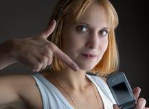 Appelez-moi?. jeune fille avec un téléphone cellulaire Photos libres de droits