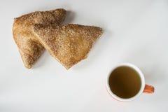 Appelflap olandese, calzone alle mele, con sup di tè, sulla tavola bianca immagine stock libera da diritti