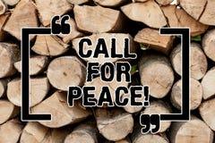Appell för textteckenvisning för fred Det begreppsmässiga fotoet gör röstar till en fridsam värld lugnas kopplat av slåss inte tr fotografering för bildbyråer