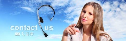 Appellmittoperatören med hörlurar med mikrofon och kontaktar oss text Arkivfoto