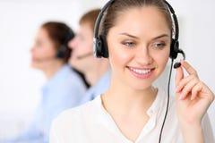 Appellmittoperatörer Ung härlig affärskvinna i hörlurar med mikrofon Manlig appelloperatör i hörlurar med mikrofon på bakgrunden fotografering för bildbyråer