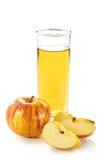 Appelsap met appel en plakken op wit Stock Afbeelding