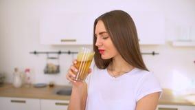 Appelsap - vrouwen juicing appelen en thuis het drinken van het vers in keuken Gelukkige sapmachine en het gezonde eten stock videobeelden