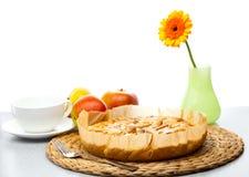 Appeltaart, de melkkruik van appelGerbera en een kop Stock Fotografie