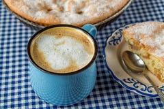 Appeltaart en koffiemok Stock Fotografie