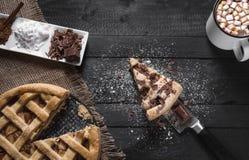 Appeltaart met plak en hete chocolade Hoogste mening Eigengemaakt dessert Traditionele snoepjes royalty-vrije stock foto