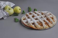 Appeltaart met witte handdoek op grijze achtergrond Dessert Eigengemaakte cake met zwarte thee en zeef Flatlay de herfst De herfs stock afbeelding