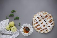 Appeltaart met witte handdoek op grijze achtergrond Dessert Eigengemaakte cake met zwarte thee en zeef Flatlay de herfst De herfs stock afbeeldingen