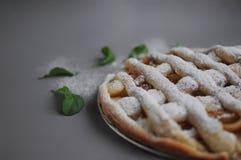 Appeltaart met witte handdoek op grijze achtergrond Dessert Eigengemaakte cake met zwarte thee en zeef Flatlay de herfst De herfs royalty-vrije stock foto's