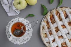 Appeltaart met witte handdoek op grijze achtergrond Dessert Eigengemaakte cake met zwarte thee en zeef Flatlay de herfst De herfs stock foto's