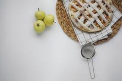 Appeltaart met witte handdoek op grijze achtergrond Dessert Eigengemaakte cake met zwarte thee en zeef Flatlay de herfst De herfs royalty-vrije stock afbeeldingen