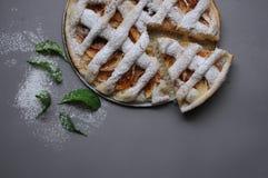 Appeltaart op grijze achtergrond Dessert Eigengemaakte cake Flatlay de herfst Eigengemaakt stuk van cake met munt en suikerpoeder royalty-vrije stock fotografie