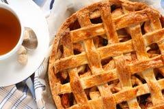 Appeltaart, selbst gemachter traditioneller niederländischer Apfelkuchen Stockbilder