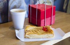 Appeltaartstuk met koffie en rode servetten Stock Foto