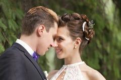 Appena baciare della coppia sposata Immagini Stock Libere da Diritti