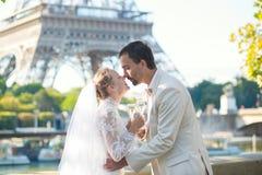 Appena champagne bevente della coppia sposata Fotografia Stock