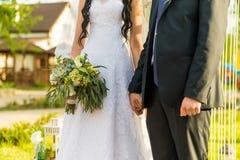 Appena coppia sposata abbracciata fotografia stock
