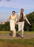 Appena coppia sposata che funziona nella sosta Fotografia Stock