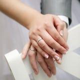Appena coppia sposata che rivela i loro anelli Fotografia Stock Libera da Diritti