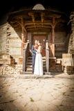 Appena coppia sposata davanti alla porta della chiesa Immagini Stock