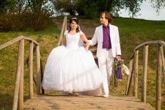 Appena coppia sposata felice che sta sul piccolo Immagine Stock Libera da Diritti