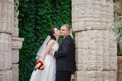 Appena coppia sposata vicino alle colonne del greco antico immagini stock libere da diritti