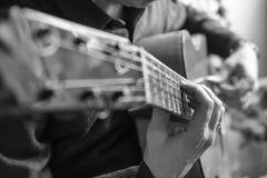 Appena mani che giocano la chitarra Fotografie Stock Libere da Diritti