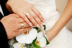 Appena mani della coppia sposata Fotografia Stock