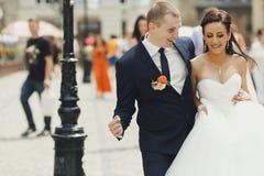 Appena passeggiata sposata intorno a sorridere nella vecchia parte della città Fotografia Stock Libera da Diritti